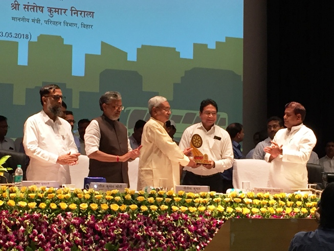 Chief Minister Bihar, Shri Nitish Kumar felicitated Shri Rajesh Kumar Singh, SIO, Bihar for successful implementation of Vahan & Sarathi-4